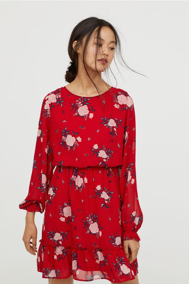 Uzun kollu kirmizi elbise