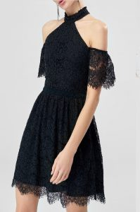 omuz detayli siyah dantel elbise